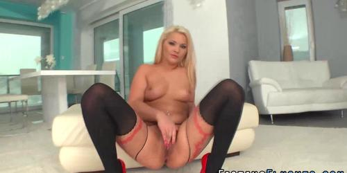 Fetish hoe uses speculum on pussy