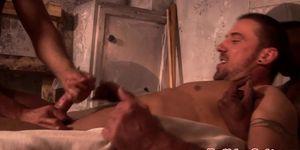 Muscular euro stud se masturba mientras se golpea analmente