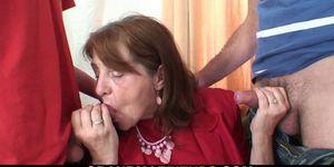 Abuelita de la oficina del viejo pelirrojo traga dos pollas a la vez