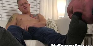Muscular bookworm Leo Luckett wanks off while toe licked