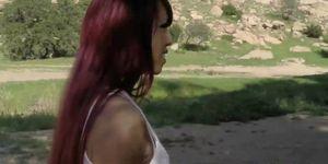 Transbabe pelo rojo muestra tetas al aire libre