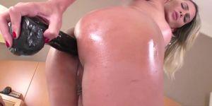 La transexual tetona Bella Trix juega su culo y se masturba su erección