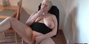 Rubia MILF se desnuda y se masturba con pasión