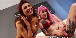 Pink Lena Kelly se masturba junto a transexual transexual