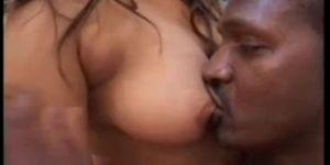 Ebony colombien obtenir ses gros seins naturels, sucés par sa copine.