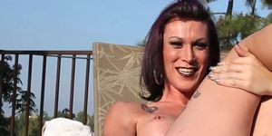 Busty trans mujer masturba su polla al aire libre