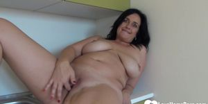 Amateur chick with big titties fingers herself
