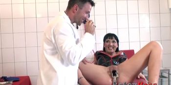 Lady gets her pussy spread and creampied by the doctor