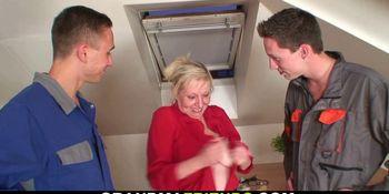 Old blonde grandma please two repairmen